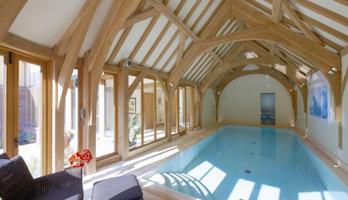 eiken bijgebouw met overdekt zwembad met eiken houten gebint constructie
