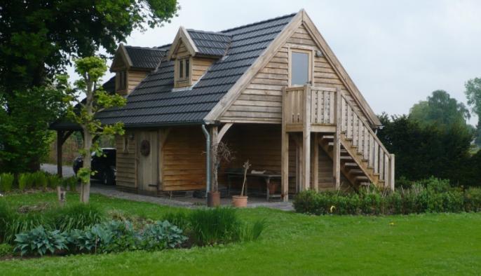 eiken bijgebouw met gastenverblijf, carport en houten berging met eiken trap