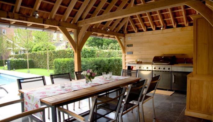 eiken bijgebouw met poolhouse met houten wellness ruimte en sauna