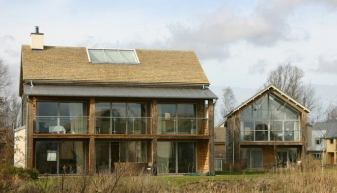 eikenhouten bijgebouw als recreatiewoning met overdekt houten terras en veranda